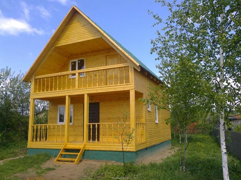 Дачный дом с балконом и террасой.